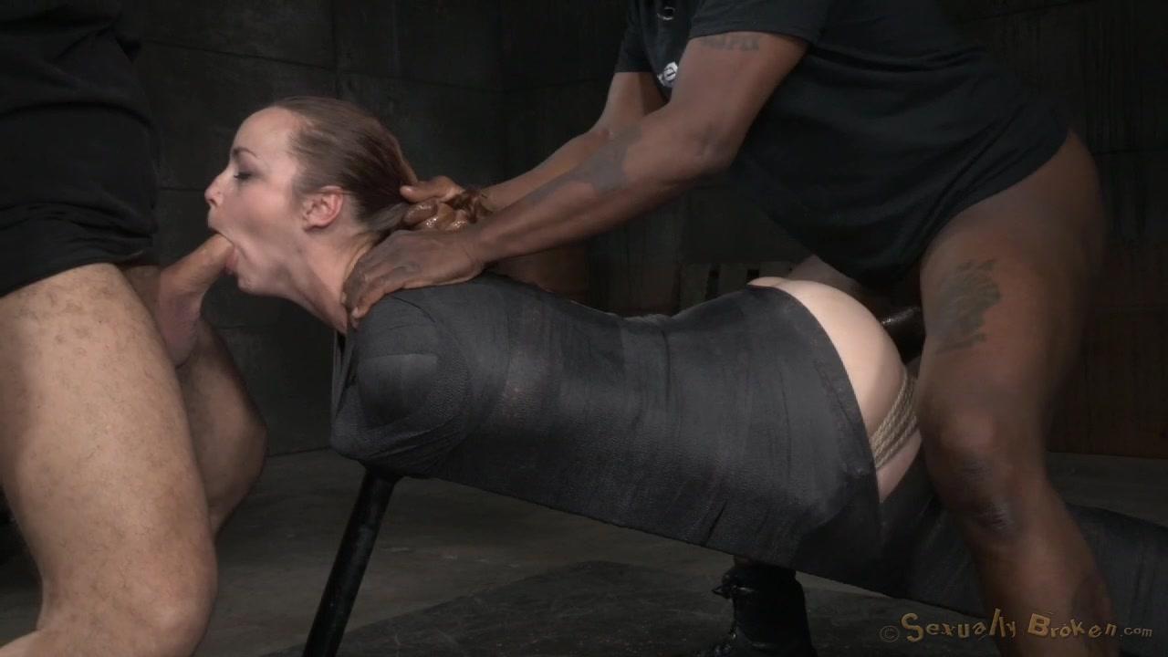 Два мужика трахнули девушку в подвале, онлайн порно со смугленькой
