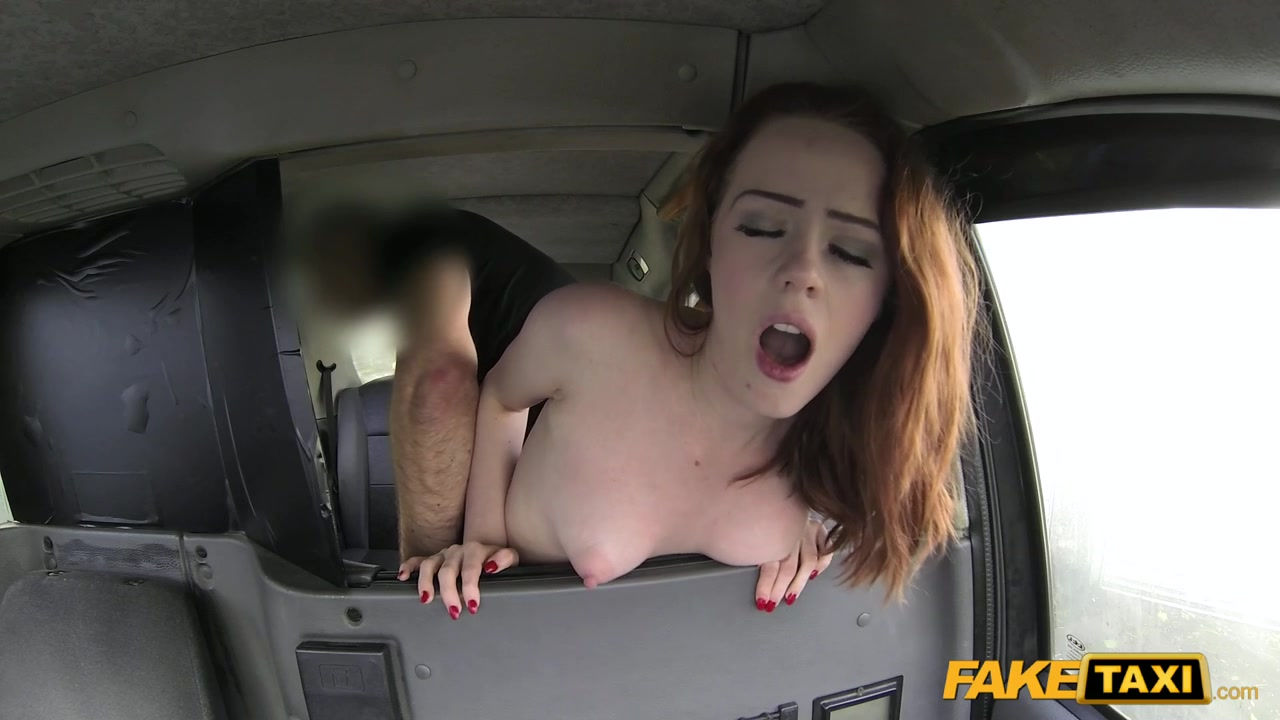Грудастая телка трахается в такси #12