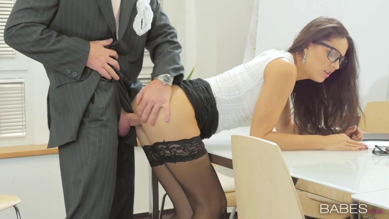 boss-trahnul-sekretarshu-na-stole-domashnie-foto-krasivo-devushki