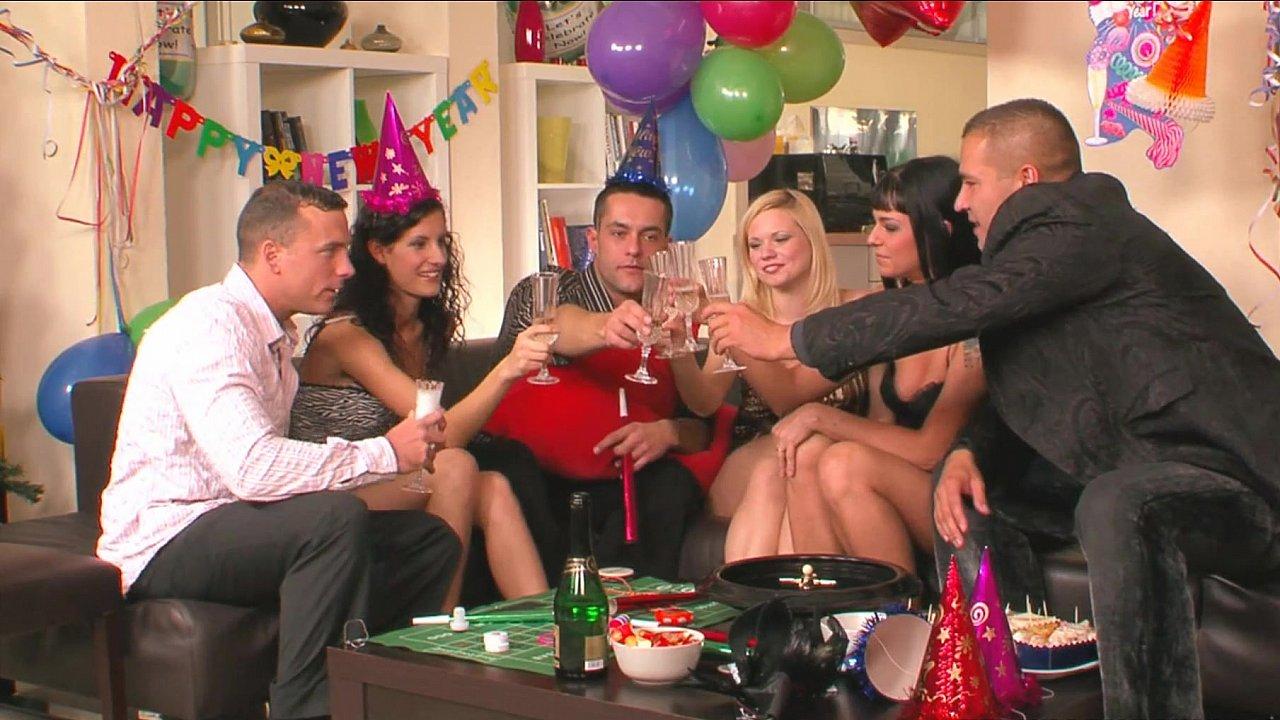 Групповой секс свингеров во время вечеринки