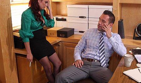 Босс оприходовал смазливую секретаршу в своем кабинете
