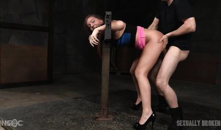 Мужик дрочит и жестко трахает раком фигуристую девку в колодках