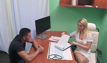 Врачиха соблазняет пациента на бурный секс в кабинете