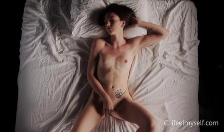 Симпатичная кокетка мастурбирует мокрую шмоньку перед сном