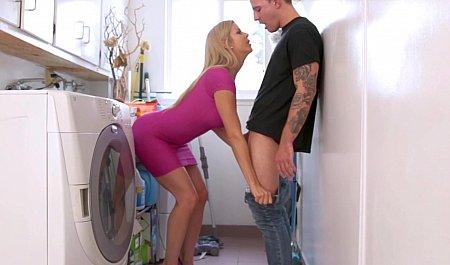 Молодой паренек в ванной с дамочкой, женские пезда пачстеле