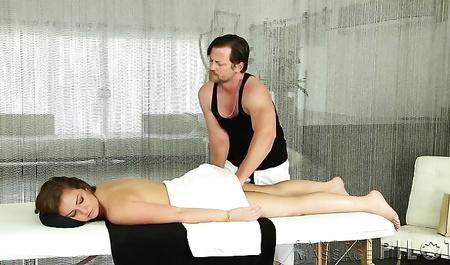 Массажист уламывает текущую клиентку на массаж с бурным сексом