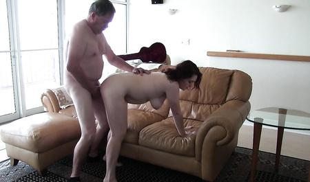 Толстый мужик сношает любимую жену раком во время домашней фотосессии