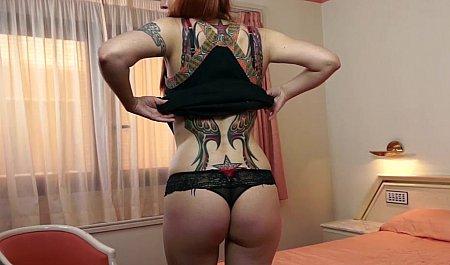 Рыжая татуированная чикса получает член во все дырки на эротической студии