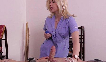 Шаловливая медсестра связывает и дрочит пациента на приеме