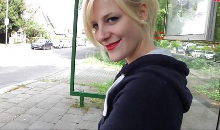 Снял блондинку на остановке и отодрал в ближайшем парке раком по колено в грязи