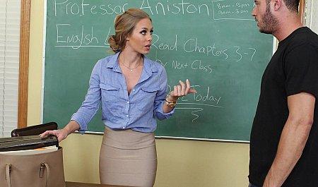 Студент большим членом помогает учительнице получать удовольствие от горячего секса