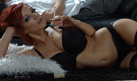 Секс рыжей телки в чулках с большим членом и сигаретой
