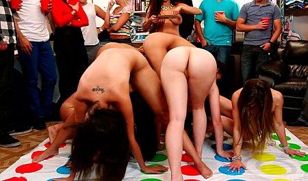Групповой секс телок на зажигательной студенческой вечеринке