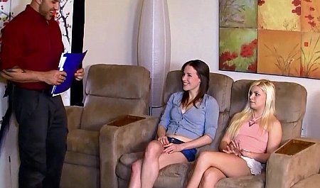 Групповой секс с двумя смазливыми молодухами на собеседовании
