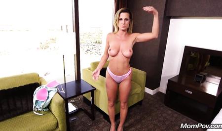 Снимает на видео смазливую милфу во время кастинга на эротической студии