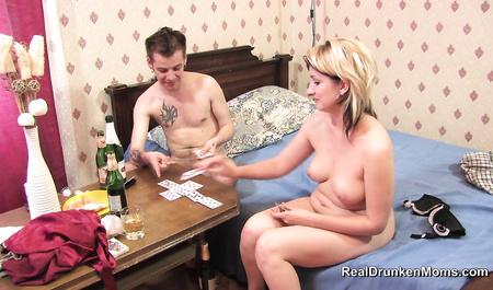 Любитель карточных игр по пьяни сношает смазливую соседку