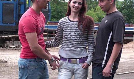 Групповой секс на публике девки с двумя парнями