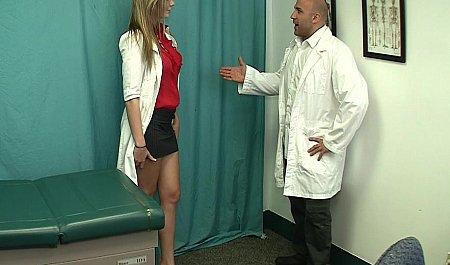 Доктор трахает коллегу в белом халате с красивыми сиськами