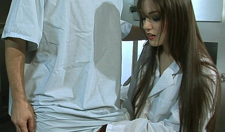 Врач с медсестрой на рабочем месте занимается анальным сексом