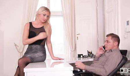 Блондинка развлекается минетом и сексом в офисе с шефом