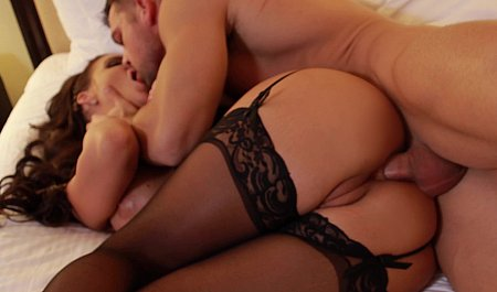 Девушка в чулках подставляет анус для секса с мужиком