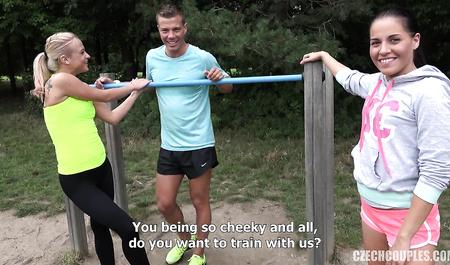 Парни из Праги соблазняют няшку на жесткий секс на природе