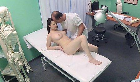 Гинеколог дрючит симпатичную пациентку на рабочем месте
