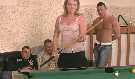Групповой секс с общей подругой во время игры в бильярд