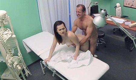 Доктор дрючит раком красивую пациентку на работе