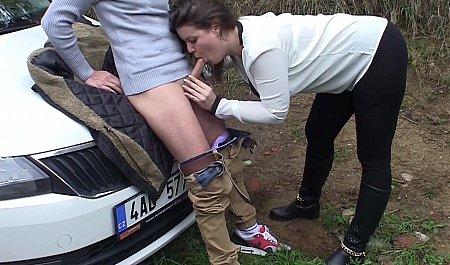 Чешский парень подвозит чиксу и сношает на капоте машины