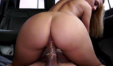 Секс красивой блондинки в салоне авто во время движения