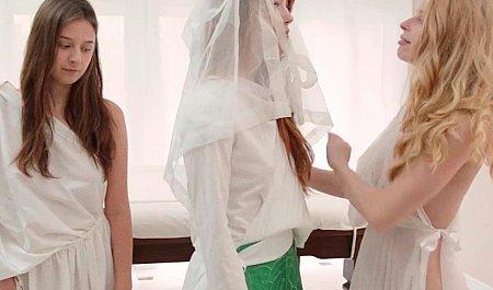 Красивые рыжие девушки-мормонки получают удовольствие во время лесбийского секса
