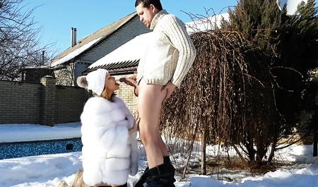 Молодая пара горячим сексом на улице устраивает проводы зимы