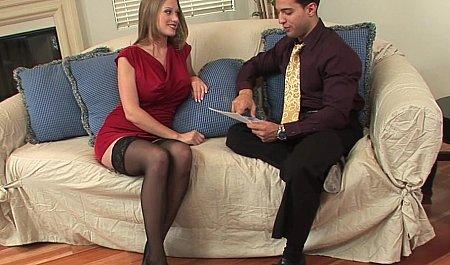 Парень дает пососать член и трахает покупательницу большим членом