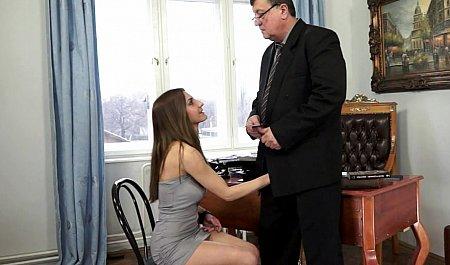 Девушка сосет член директору при приеме на работу