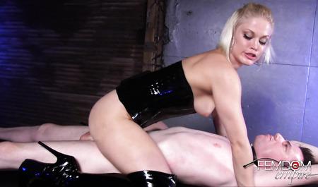 Молодая блондинка доминирует над связанным мужиком