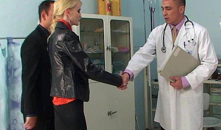 Молодой гинеколог вместе с мужем устраивают групповуху и золотой дождь для дамочки на приеме