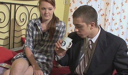 Молодуха мстит парню за измену трахаясь на его глазах с другим