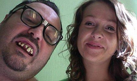 Молодая бабенка занимается сексом с супругом перед видеокамерой