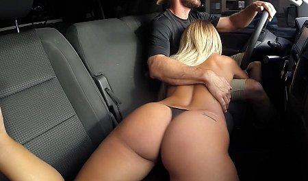 Блондинка сосет член водителю во время движения