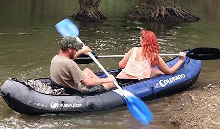 Мужик трахает рыжую подругу во время путешествия на надувной лодке
