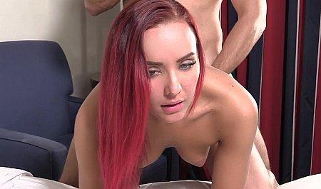 Рыжая девушка принимает член агента раком на кастинге