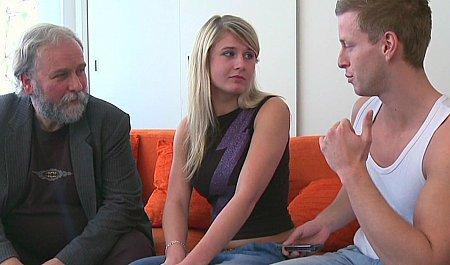 Седой мужик трахает за деньги молодую соседку вместе с мужем в групповухе