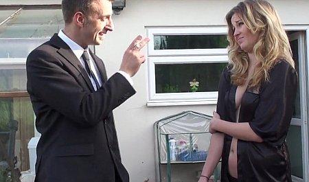 Высокий парень навещает подружку и трахается с ней во время домашнего кастинга