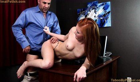 Лысый мужик трахает рыжую помощницу в офисе и дома