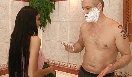 Дрочит, секс с брюнеткой в ванне