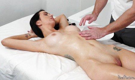 Парень жарит подругу большим членом по ходу массажа