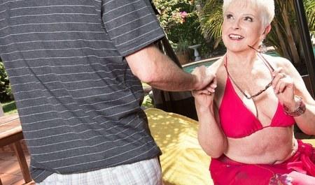 Молодой человек за бабки делает массаж и трахается с пожилой леди