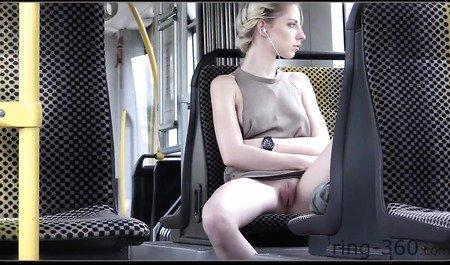 Публичный стриптиз стройной блондинки без нижнего белья