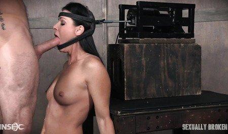 Подружка вафлит член любителя БДСМ с помощью механизма